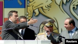 Грузия президенті Михаил Саакашвили (сол жақта) мен премьер-министрі Зураб Жвания (оң жақта, 2005 жылы қаза тапқан). Тбилиси, 26 мамыр 2004 жыл.