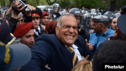 Armenia - Riot police confront opposition leader Raffi Hovannisian in Yerevan, 9Apr2013.