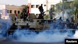 قوات مصرية حيث يتجمع مؤيدو الرئيس المخلوع محمد مرسي - رويترز