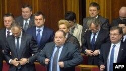 Исполняющий обязанности главы МВД Виталий Захарченко и другие члена правительства покинули заседание Верховной Рады (4 февраля 2014 г.)