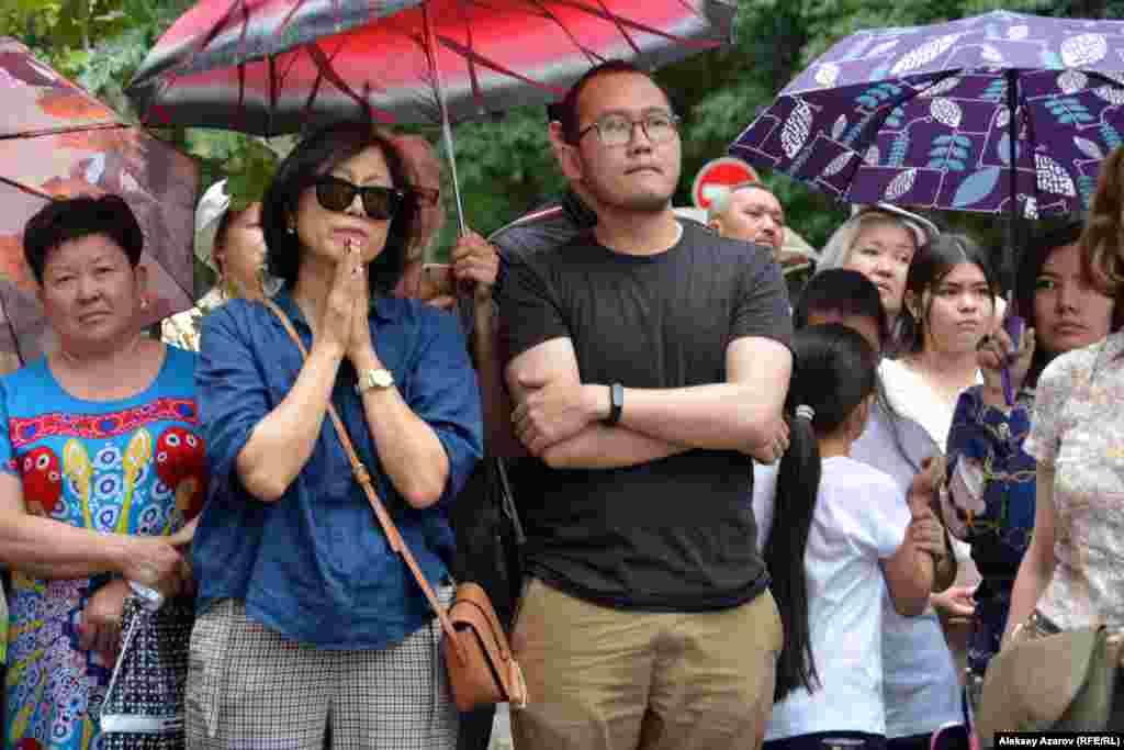 Люди, пришедшие на открытие памятника Денису Тену.