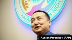 Серикжан Билаш — выходец из Китая, переехавший в Казахстан и получивший гражданство Казахстана. Билаш, владеющий английским языком, и его организация за последние два года провели серию пресс-конференций с приглашением зарубежных журналистов.