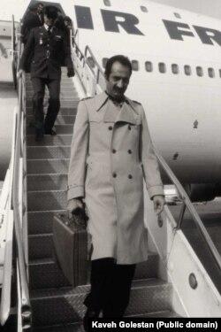 داریوش فروهر هنگام خروج از هواپیمای حامل آیتالله خمینی در ۱۲ بهمن ۵۷