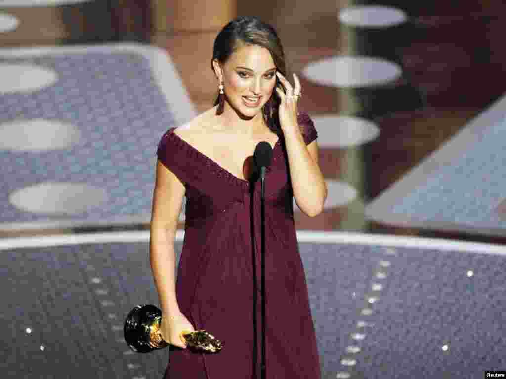 ناتالی پورتمن، برای بازی در نقش یک بالرین در فیلم «قوی سیاه»(Black Swan)، جایزه بهترین بازیگر نقش اصلی زن را دریافت کرد. -