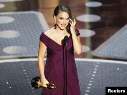 Natalie Portman Oskar alarkən