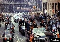 Екіпаж космічного корабля «Аполлон-11» Базз Олдрін, Майкл Коллінз та Ніл Армстронґ (в автомобілі на передньому плані) під час параду на Бродвеї в Нью-Йорку, США, 13 серпня 1969 року