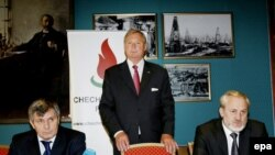 Ивар Амундсен (в центре) на переговорах между Ахмедом Закаевым и Дуквахой Абдурахмановым