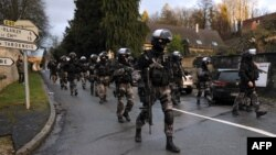 Полиция арнайы жасағы Париждің солтүстігінде шабуылға күдіктілерді іздеу операциясы кезінде. 8 қаңтар 2015 жыл.