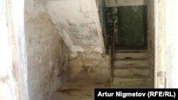 Подъезд одного из домов в городе Жанаозен. В этом доме в сентябре 2001 года рабочий Мырзабай Лесов, участвовавший в забастовке нефтяников, дал интервью Азаттыку.