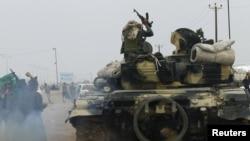 Мөәммәр Каддафи көчләре Аҗарстан шәһәренә бәреп керде