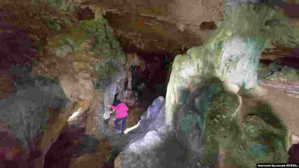 Вход в пещеру случайно нашли в 1959 году симферопольские школьники. Ени-Сала 2 может составить конкуренцию в разнообразии обнаруженных материалов таким «китам» крымской археологии как Чокурча и Киик-Коба
