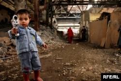 Bakıda fabrik xarabalığında yaşayan Qarabağ qaçqınları