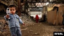 Ребенок вынужденных переселенцев, территория заброшенной фабрики около Баку