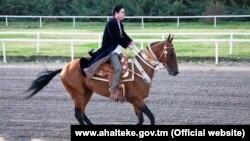 Президент Туркменистана Гурбангулы Бердымухамедов верхом на скакуне ахалтекинской породы.