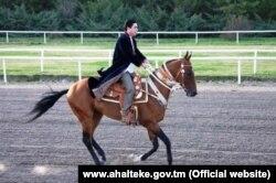 Президент Туркменистана Гурбангулы Бердымухамедов скачет на коне ахалтекинской породы. Официальное фото.