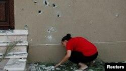 Жінка оглядає руйнування після ракетного обстрілу зі Смуги Гази, місто Кір'ят Ґат, Ізраїль, 31 липня 2014 року