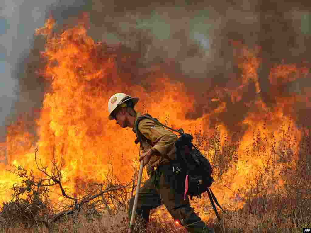 Лесные пожары в США вплотную подступили к пригородам Лос Анджелеса, Калифорния