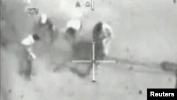 عراقيون تستهدفهم مروحية أباتشي