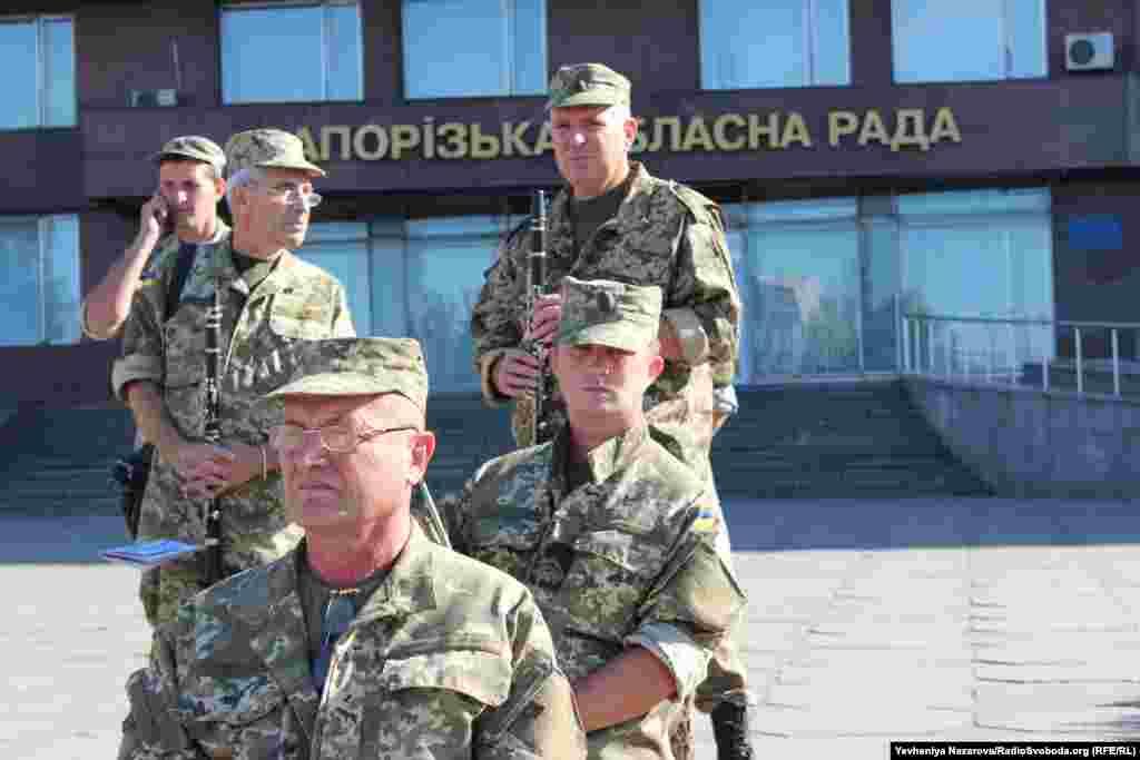 На церемонії підняття Державного прапора грали музиканти військового оркестру