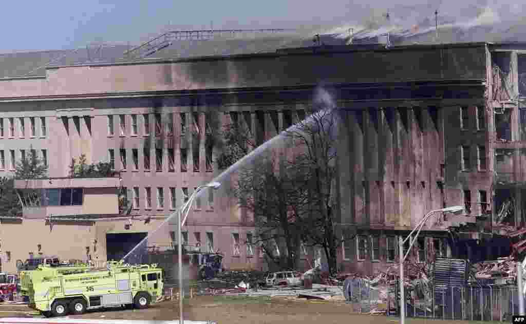 Змаганьне з агнём пасьля таго, як ведзены тэрарыстамі самалёт абрынуўся на Пэнтагон, 11 верасьня 2001 году.