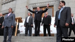 Armenia - Opposition leader Levon Ter-Petrosian greets thousands of supporters rallying in Yerevan, 03May2012.