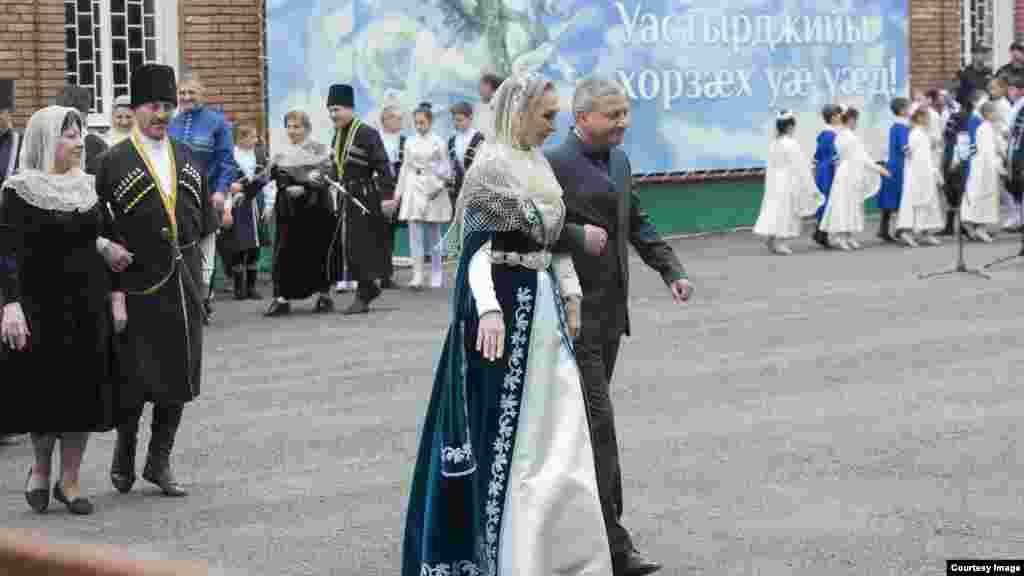 Праздник активно поддерживается государством. В симде – традиционном массовом танце – участвовали глава Северной Осетии Вячеслав Битаров, президент Южной Осетии Анатолий Бибилов и множество чиновников. Поговаривают, что полиция в день праздника не трогает водителей на этой трассе, даже если они слегка перебрали лишнего