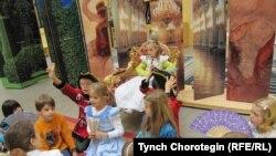 Шөнбрунн аксарайындагы балдар музейинде этнографиялык сабак өтүүдө. 2010-ж., 23-октябр. TCh.