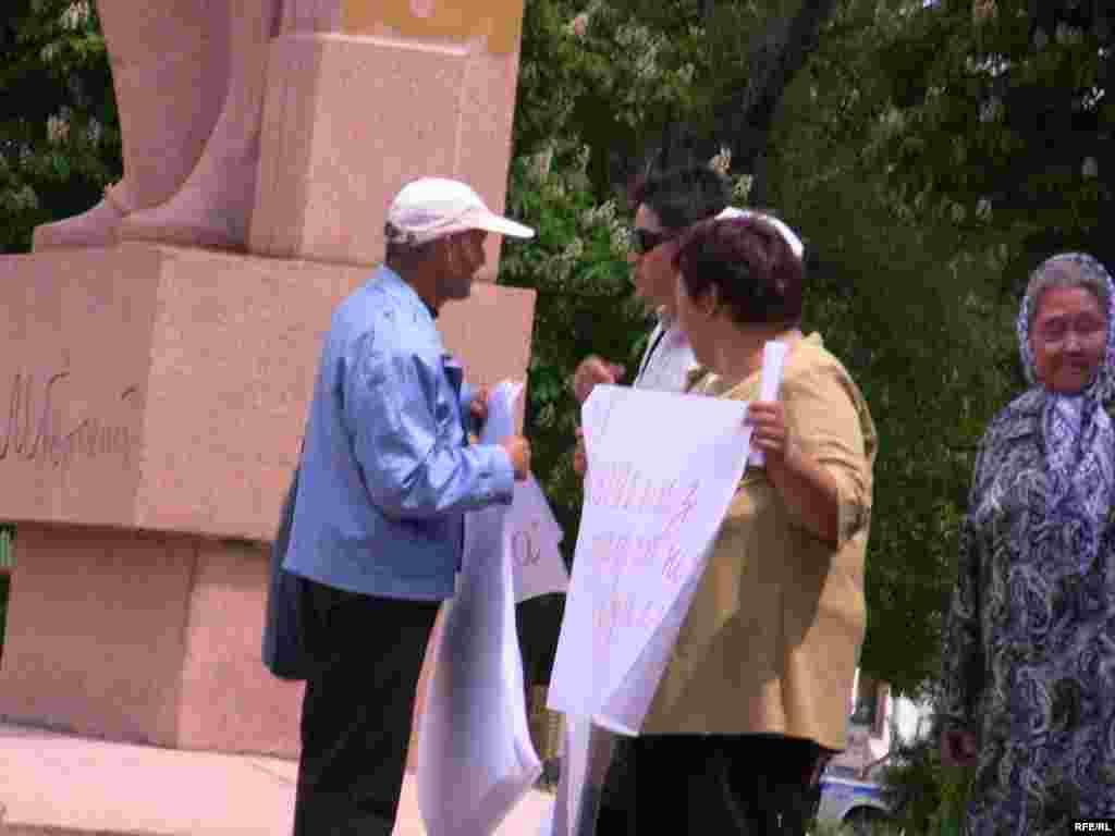"""Улуттук телеканал былтыр октябрдан тарта """"Азаттыктын"""" үналгы жана теле берүүлөрүн чыгарбай токтотуп койгон. - Kyrgyzstan - Picket in Support Of Radio Azattyk. Bishkek 18May2009"""