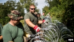 Mađarski vojnici postavljaju bodljikavu žicu