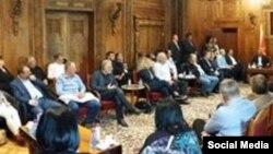 Deputeti i VMRO-DPMNE, Antonio Miloshovski publikoi në facebook një fotografi te deputetëve të Partisë në zyrën e kryesuesit Veljanovski
