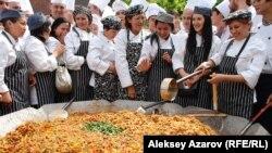 «Самый большой лагман в мире» и часть поваров, которые его приготовили, после фиксации мирового рекорда. Казахстан, Алматы, 1 мая 2015 года.