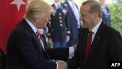 АҚШ президенті Дональд Трамп пен Түркия президенті Режеп Ердоған. Вашингтон, 16 мамыр 2017 жыл.