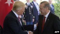 Президент США Дональд Трамп (слева) и президент Турции Реджеп Тайип Эрдоган.