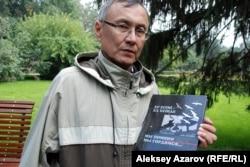 Бывший дипломат Казбек Бейсебаев держит в руках свою книгу «Ер есімі — ел есінде. Мы помним, мы гордимся…». Алматы. 5 сентября 2015 года.