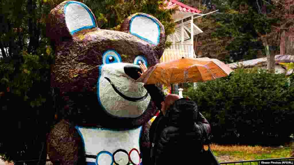Старая туристическая традиция –потереть нос олимпийскому мишке на удачу