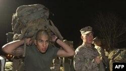 Американські морські піхотинці упаковують обладнання перед відправкою до Афганістану. Північна Кароліна (США), 15 грудня 2009 року