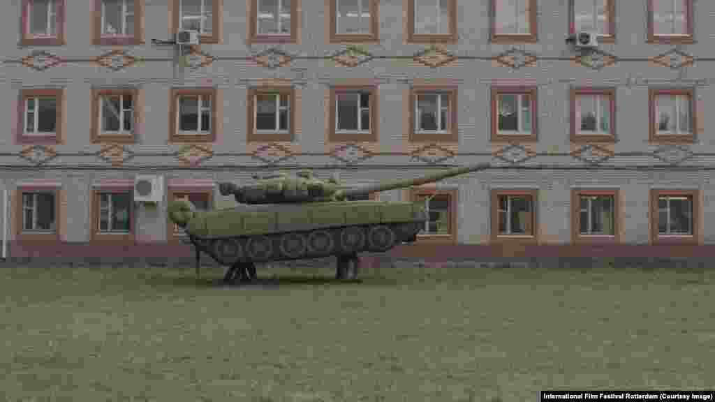 """Документальный фильм """"Битвы"""" получил премию ФИПРЕССИ. Изабель Толленоре снимала следы сражений мировой войны в разных странах. Последняя новелла посвящена российской фабрике, где мастерят надувные танки."""