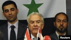 Сирияның оппозициялық Ұлттық коалиция лидерлерінің бірі Самир Нашар (ортада). Стамбул, Түркия, 2 қазан 2011 жыл.