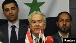 Один из лидеров сирийской оппозиционной Национальной коалиции Самир Нашар (в центре). Стамбул, Турция, 2 октября 2011 года.