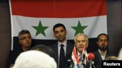 Сирийский оппозиционный деятель Самир Нашар выступает с речью на учредительном съезде Сирийского национального совета в Стамбуле