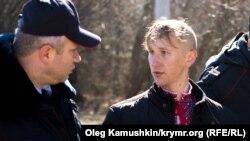 Олександра Кравченка (у вишиванці) затримують російські силовики під час акції 9 березня