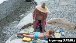 Отдыхающие на пляже Профессорского уголка, Крым, июль 2017 года