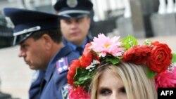 Выступление активисток FEMEN в Киеве у здания Верховной Рады в сентябре 2010 года
