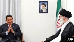 هوگو چاوز در سفرش به تهران با آیت الله خامنه ای نیز دیدار کرد.