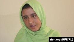 15 жасар ауған қызы Сахар Гүлдің ауруханадан шыққан кезі. Кабул, 8 сәуір 2012 жыл