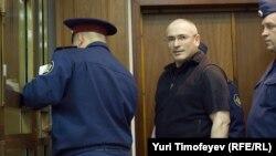 Активы ЮКОСа, возглавляемого Михаилом Ходорковским, оценены международным арбитражем в 60 млрд долларов.