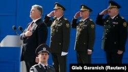 Президент України Петро Порошенко (л) і військові під час виконання гімну на військовому параді з нагоди Дня Незалежності України, Київ, 24 серпня 2017 року