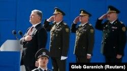 Президент Украины Петр Порошенко и военные во время исполнения гимна на военном параде, Киев, 24 августа 2017