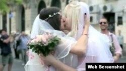 """""""Fleš mob"""" akcija venčanja dve devojke u centru Beograda, septembar 2012."""