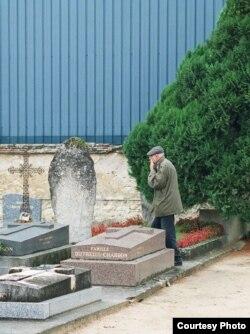 А.М. Пятигорский у могилы Георгия Гурджиева в Авоне Сейн-Мар, 2002 г. Фото - Улдис Тиронс